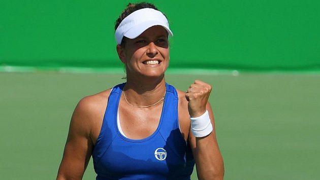 Barbora Strýcová se raduje z vítězství nad Belgičankou Yaninou Wickmayerovou v prvním kole olympijského turnaje.