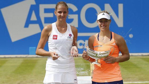 Poražená finalistka Karolína Plíšková a Němka Angelique Kerberová (vpravo) s trofejí pro vítězku v Birminghamu.