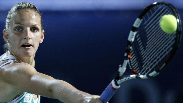 Karolína Plíšková vrací míček ve finále turnaje v Dubaji proti Rumunce Halepové.
