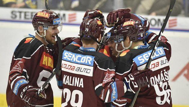 Hráči Sparty se radují z prvního gólu proti Vítkovicím.