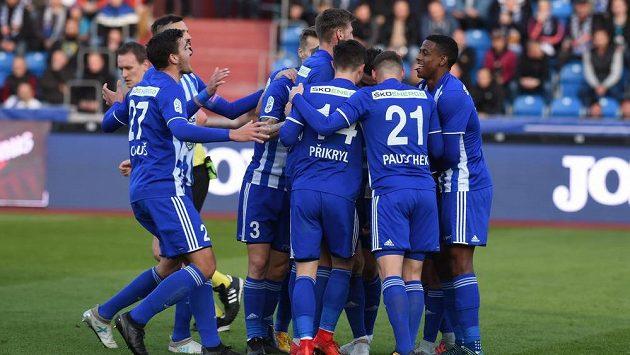 Fotbalisté Mladé Boleslavi oslavují branku vstřelenou Baníku.