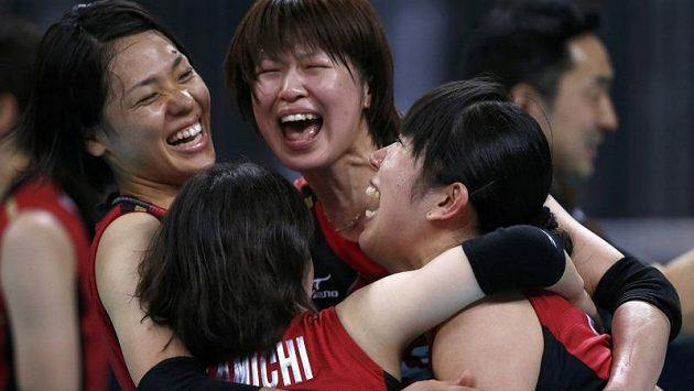 Japonské volejbalistky oslavují zisk olympijského bronzu.