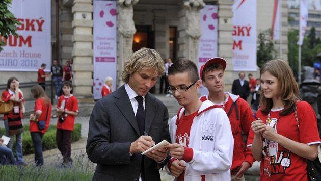 Pavel Nedvěd se podepisuje před Českým domem ve Vratislavi jednomu z fanoušků.