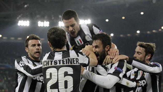 Fotbalisté Juventusu se radují z branky.