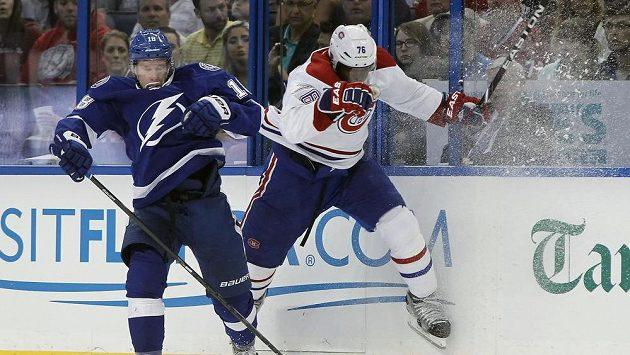 Levé křídlo Tampy Bay Ondřej Palát (vlevo) v souboji s obráncem Montrealu Canadiens P.K. Subbanem v úvodním utkání play off NHL.