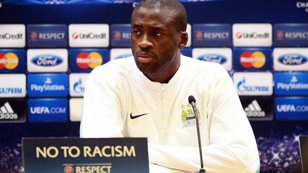 Záložník Manchesteru City Yaya Touré na tiskové konferenci před utkáním proti CSKA Moskva.