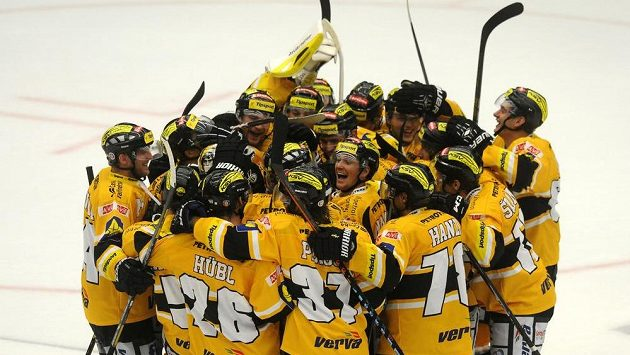 Hokejisté Litvínova slaví vítězství.