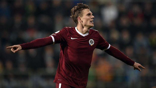 Záložník Sparty Praha Bořek Dočkal oslavuje vedoucí gól svého týmu v Uherském Hradišti proti Slovácku.