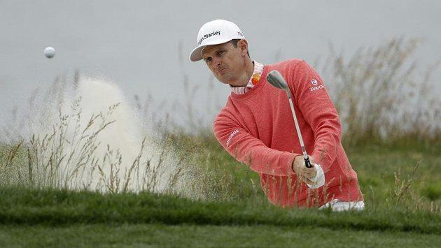 Angličan Justin Rose je po prvním kole v čele golfového US Open.