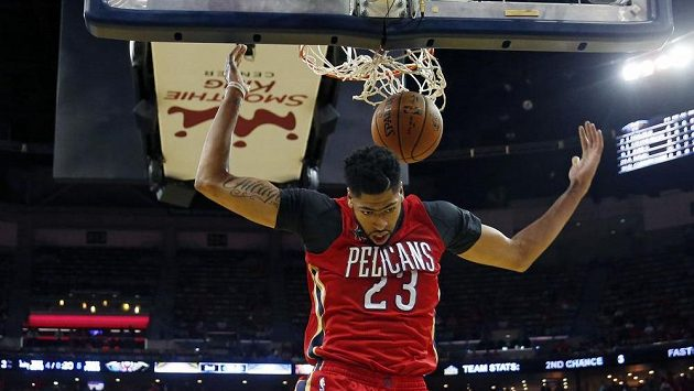 Anthony Davis z New Orleans po proměněné smeči do koše.