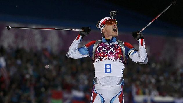 Biatlonista Ondřej Moravec se raduje z druhého místa ve stíhacím závodu na olympiádě v Soči.
