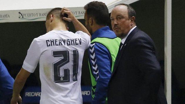 Kouč Realu Madrid Rafael Benítez (vpravo) stahuje ze hry záložníka Denise Čeryševa.