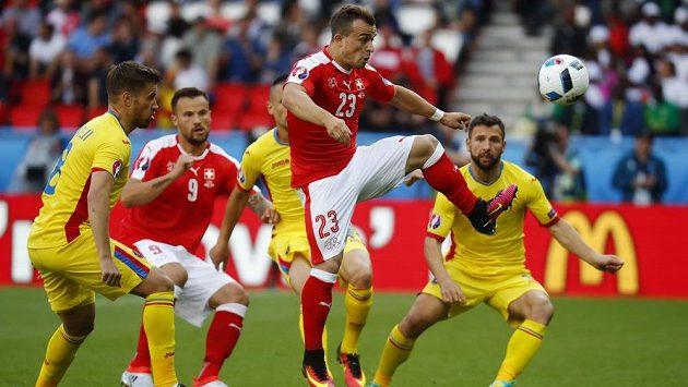 Hvězda švýcarského výběru Xherdan Shaqiri v akci při utkání s Rumunskem.