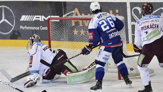 Brankář Sparty Matěj Machovský inkasuje gól od Petera Muellera (není na snímku).