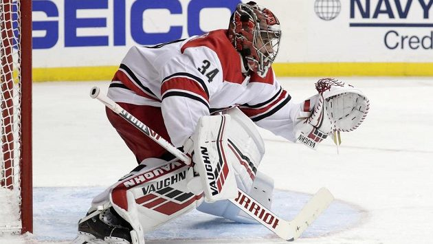 Brankář Caroliny Petr Mrázek v sérii proti New York Islanders. Teď už se chystá na bitvy proti krajanům v týmu Bostonu.