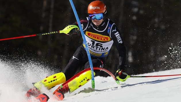 Chorvatský lyžař Filip Zubčič na trati obřího slalomu SP v Bansku.