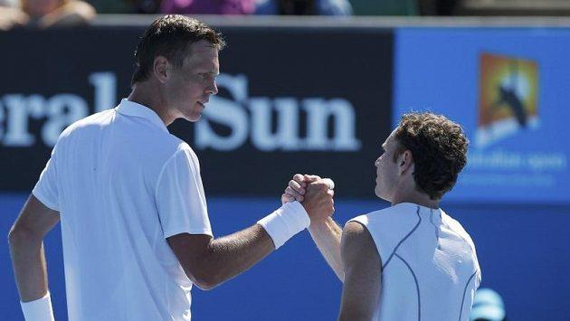 Český tenista Tomáš Berdych (vlevo) si podává ruku po utkání prvního kola Australian Open s Američanem Michaelem Russellem.
