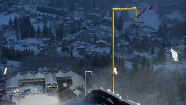 Sobotní závod Světového poháru v letech na lyžích v Harrachově byl kvůli neustávajícímu silnému větru přeložen na neděli.