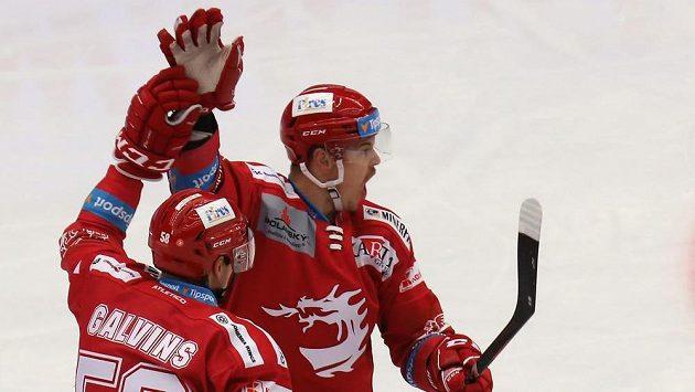 Třinecká euforie. Zleva Guntis Galvinš a Aron Chmielewski z Třince se radují z gólu.