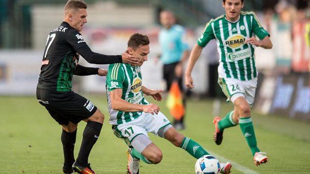 Michal Pecháček (vlevo) ještě v dresu Příbrami se snaží sebrat míč Siimu Lutsovi z Bohemians.