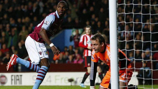 Christian Benteke (vlevo) z Aston Villy střílí gól do sítě Sunderlandu.
