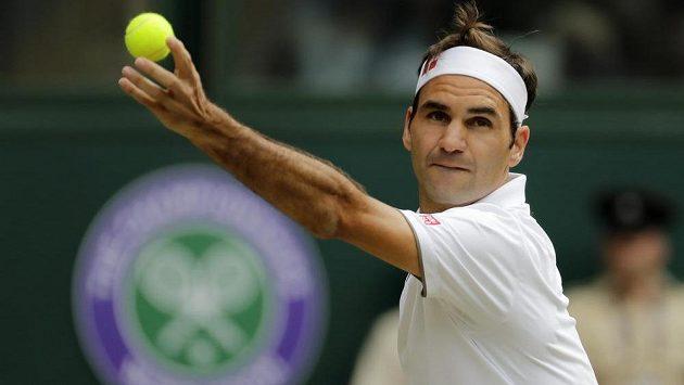 Švýcarský tenista Roger Federer servíruje během semifinále Wimbledonu.