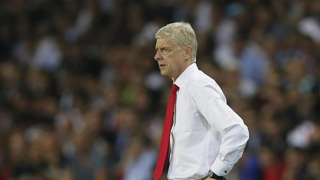 Trenér Arsenalu Arséne Wenger během zápasu s Paris St. Germain.