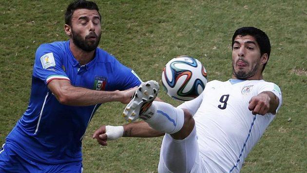 Ital Andrea Barzagli (vlevo) si uruguayského střelce Luise Suáreze pečlivě hlídal.