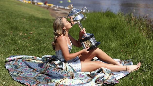 Sofia Keninová v odvážných šatech s trofejí pro šampionku.