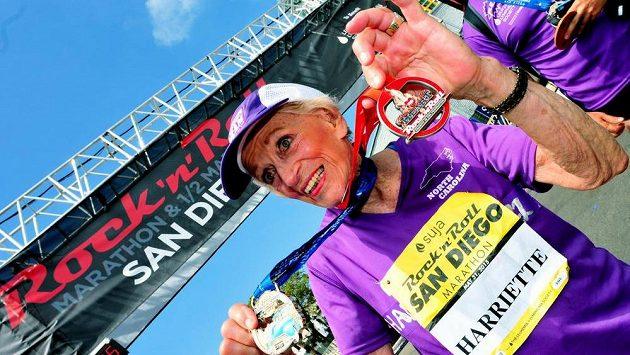 Američanka Harriette Thompsonová, ve 92 letech se stala nejstarší ženou, která kdy dokončila maraton. Medaile toho jsou důkazem.