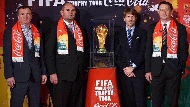 Trenér reprezentace Pavel Vrba (vlevo), vedle něj šéf FAČR Miroslav Pelta a zástupci FIFA a Coca Coly s trofejí pro misty světa.