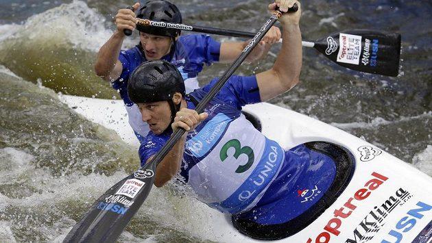 Jonáš Kašpar a Marek Šindler během finálové jízdy na mistrovství Evropy ve vodním slalomu v kategorii C2M na trojském kanále v Praze.