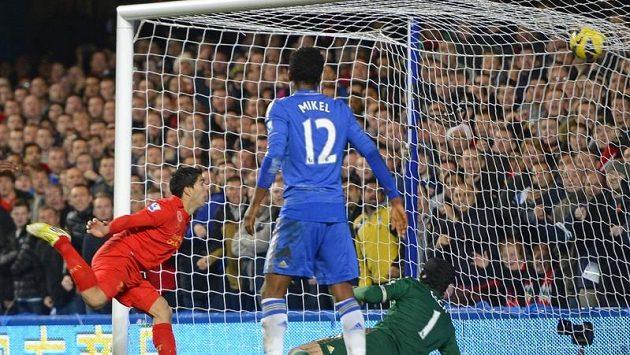 Liverpoolský Luis Suárez (vlevo) překonává brankáře Petra Čecha z Chelsea.