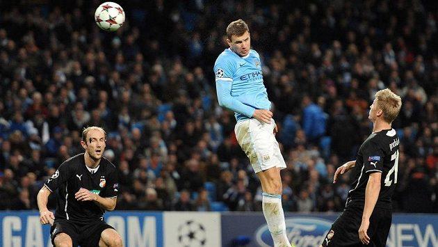 Útočník Edin Džeko (uprostřed) střílí čtvrtý gól Manchesteru City v utkání proti Plzni. Vlevo obránce Viktorie Roman Hubník, vpravo zadák Václav Procházka.
