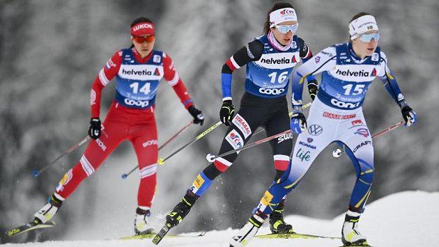 Kateřina Razýmová (uprostřed) při stíhačce na 10 kilometrů ve švýcarském Val Müstairu.