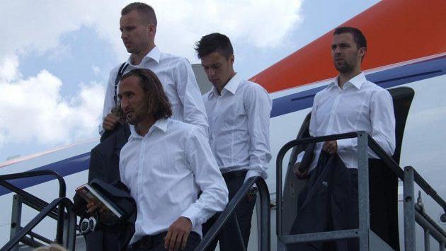 Vítejte v Budapešti. Za Petrem Jiráčkem vystupují z letadla Michal Kadlec, Václav Kadlec a Josef Hušbauer.