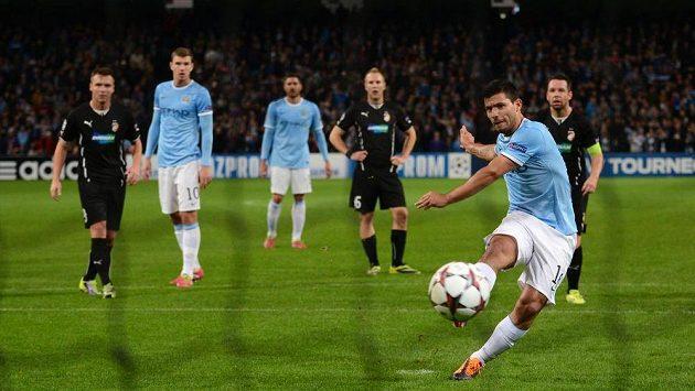 Sergio Agüero z Manchesteru City proměňuje penaltu