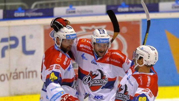 Pardubičtí hokejisté se radují z gólu proti Karlovým Varům v zápase 5. kola Tipsport extraligy.