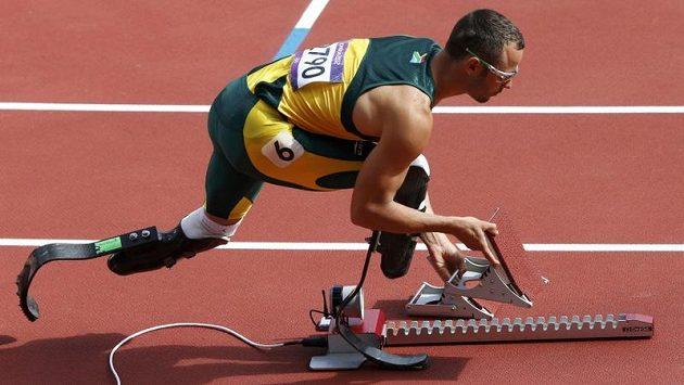 Jihoafričan Oscar Pistorius na startu.