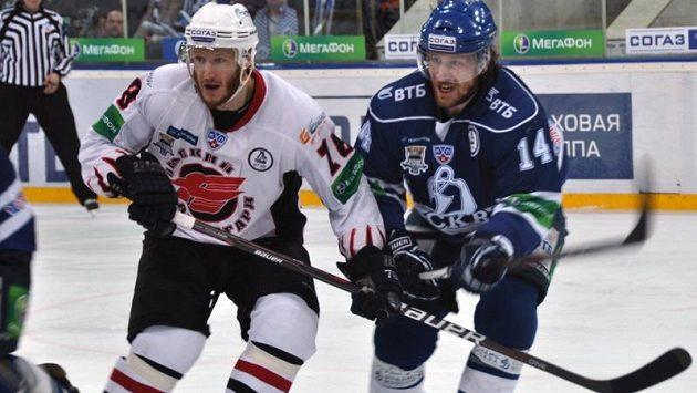 Obránce Dynama Moskva Filip Novák (vpravo) v souboji s Ivanovem z Omsku