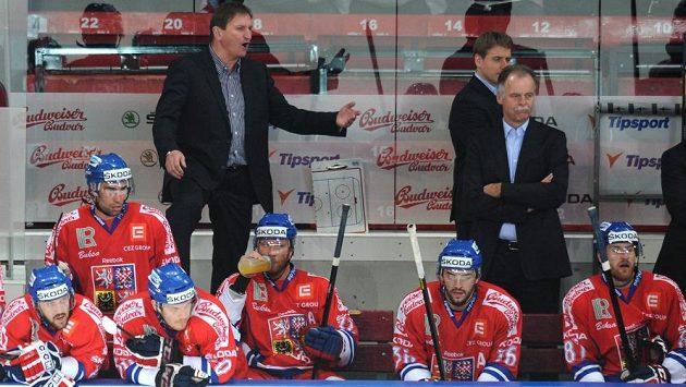 Český trenér Alois Hadamczik (vlevo) na střídačce.