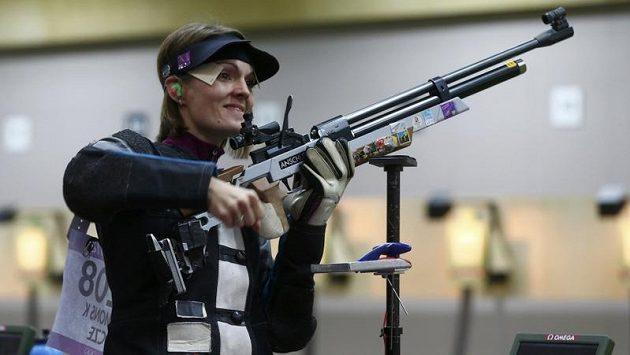 Kateřina Emmons během olympijské kvalifikace na závod ve vzduchové pušce.