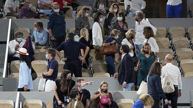 Fanoušci opouštějí čtvrtfinálové utkání French Open mezi Novakem Djokovičem a Matteem Berrettinim
