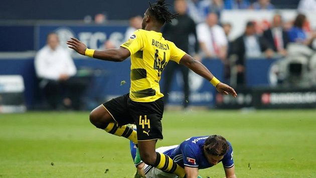 Dortmundský Michy Batshuayi (44) při souboji s Benjaminem Stamboulim ze Schalke.
