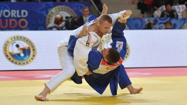 Český judista Lukáš Krpálek (v modrém) podlehl na světovém šampionátu v Astaně v boji o bronz Němci Dimitrimu Petersovi.