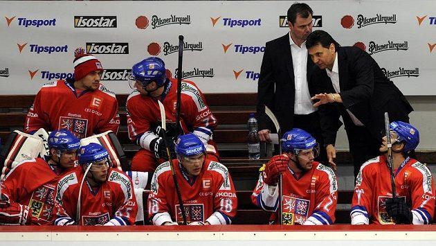 Trenér české reprezentace Vladimír Růžička (vpravo) a jeho asistent Jaroslav Špaček hovoří se svými svěřenci.