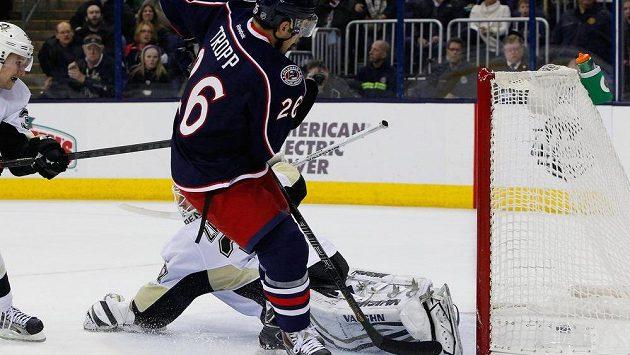 Corey Tropp (26) překonává brankáře Pittsburghu Penguins Jeffa Zatkoffa.