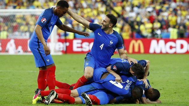 Fotbalisté Francie se radují z vítězného gólu Dimitryje Payeta.