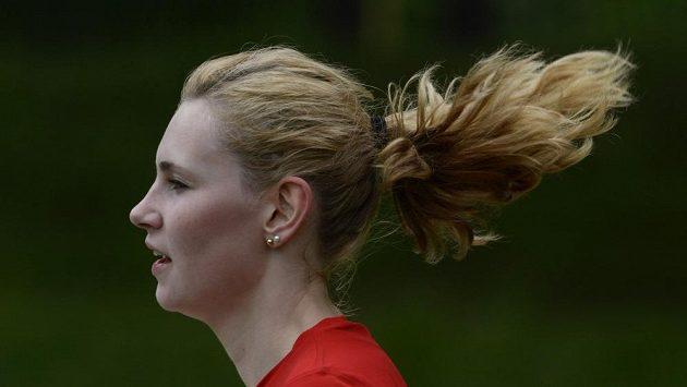Dlouhé vlasy při běhu nevadí.