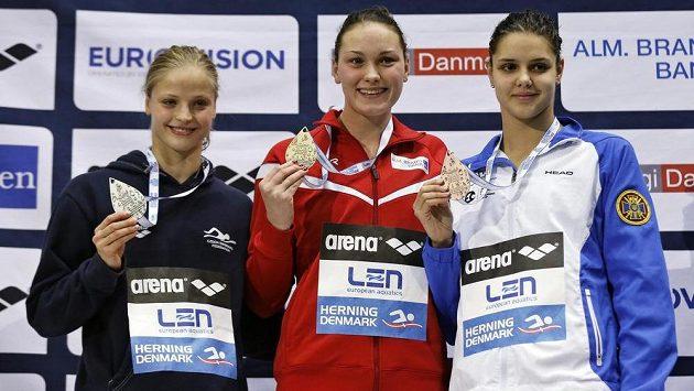 Tři nejúspěšnější plavkyně na 100 m znak (zleva) stříbrná Simona Baumrtová, vítězná Dánka Mie Nielsenová a bronzová Ukrajinka Daryna Zevinová.